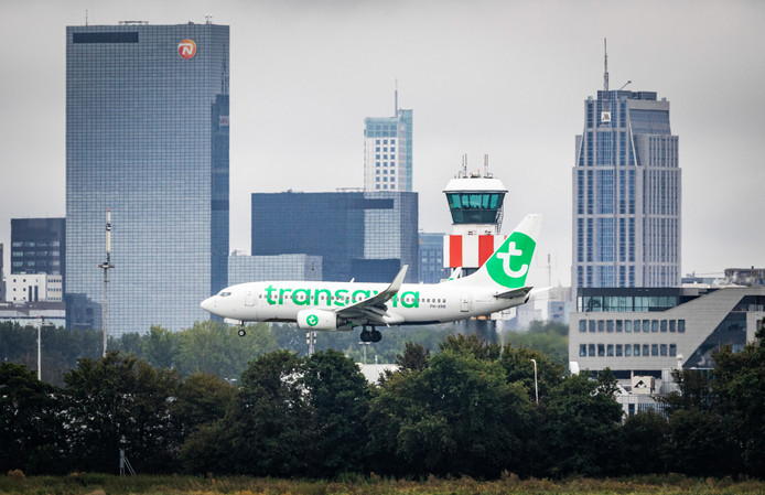 Vliegtuig land op Rotterdam The Hague Airport.