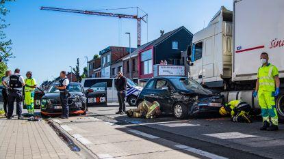 Twee lichtgewonden bij ongeval met twee personenwagens en vrachtwagen