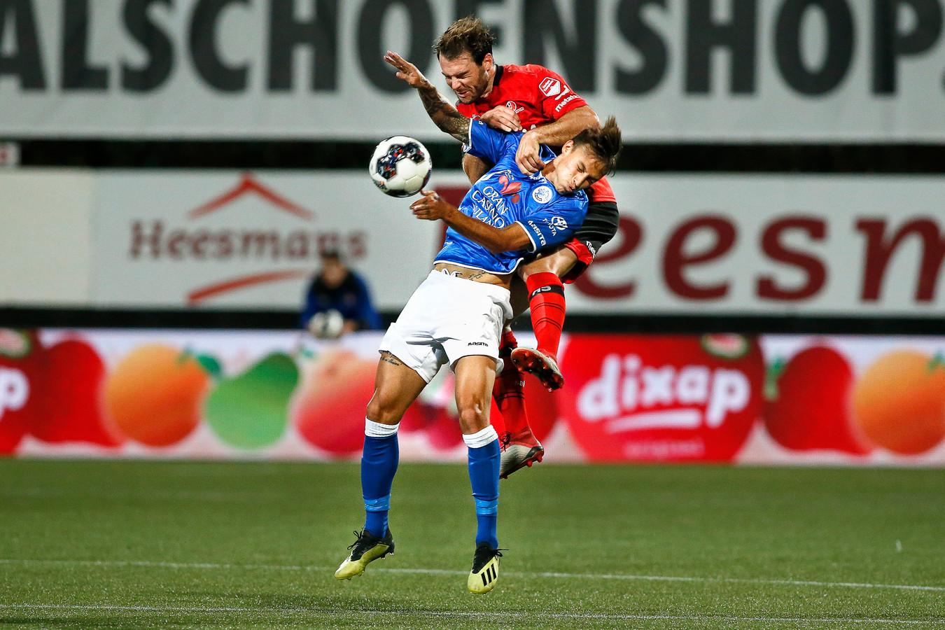 Helmond Sport-middenvelder Kjell Knops en zijn ploeggenoten hadden voor rust hun handen vol aan de aanvallers en middenvelders - zoals Stefano Beltrame- van FC Den Bosch.