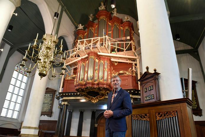 Ad van Pelt bij het Bätzorgel. De houten stellage die de orgelbouwers nodig hadden bij het terugplaatsen van de pijpen, is vrijdagmiddag als laatste verwijderd.