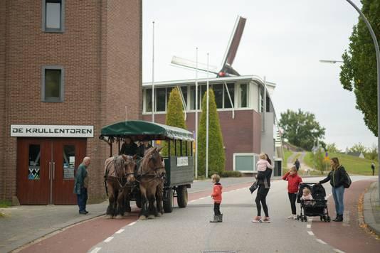 Bezoekers van de paardenmarkt in Wijchen kunnen een rondje meerijden met de huifkar. Of zich naar de parkeerplaats laten brengen.