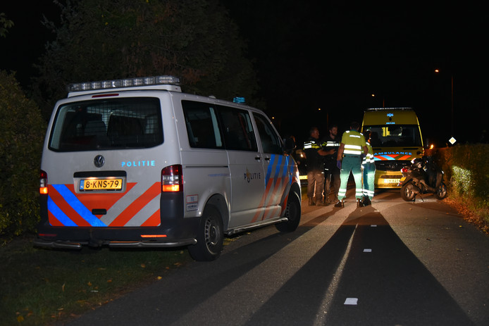 Een jongeman uit Grave is op de Graafseweg in Wijchen van zijn scooter geduwd en beroofd.