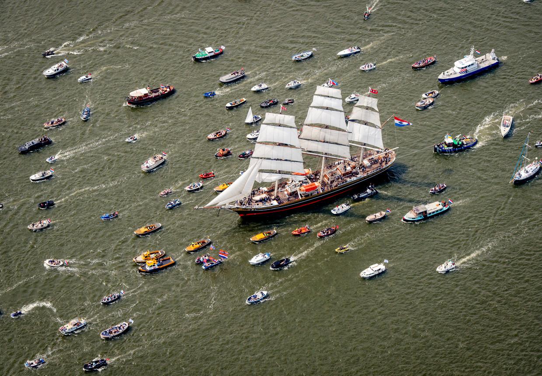 Clipper Stad Amsterdam voorop tijdens de Sail-In van de negende editie in 2015.