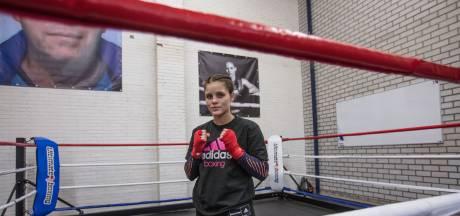Alicia Holzken ziet wereldtitels als mooi begin: 'Ik hoop vooral dat dit de deur opent naar de grotere titels'