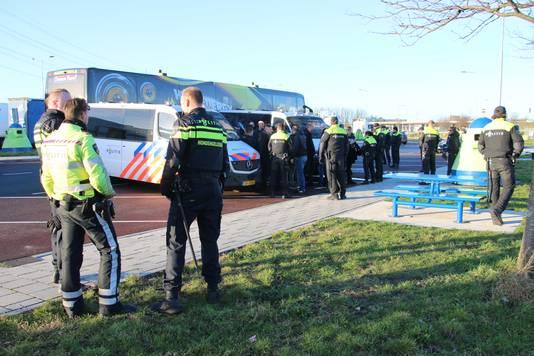 De bussen met ijshockeysupporters uit Nijmegen zijn door de politie aan de kant gezet op de A4.