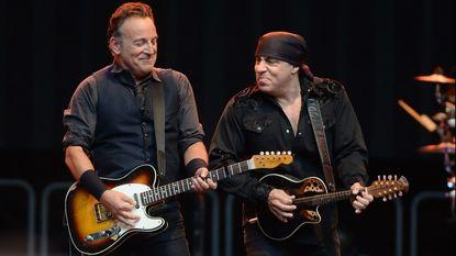 Springsteen eert Gandolfini live met integraal 'Born To Run'
