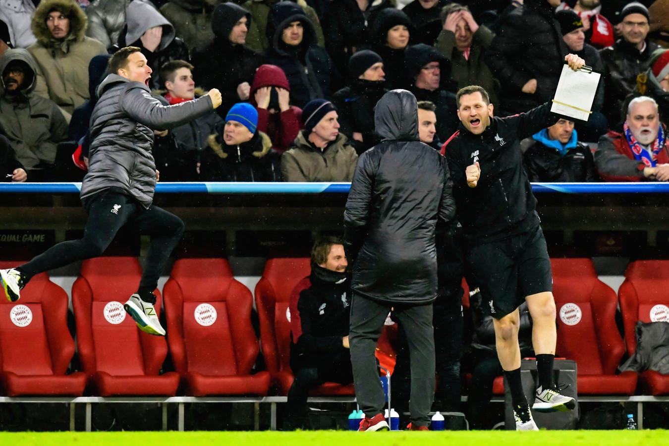 Pepijn Lijnders (links) springt in de lucht na een doelpunt van Liverpool tegen Bayern München.