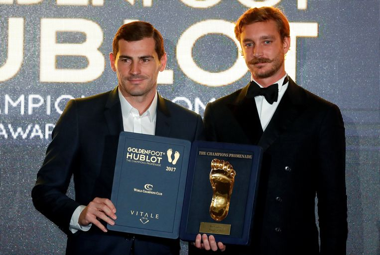 Soccer Football - Golden Foot Award - Monaco - November 7, 2017 - Spain's goalkeeper Iker Casillas poses after receiving his Golden Foot Award from Pierre Casiraghi, Princess Caroline's son, in Monaco. REUTERS/Eric Gaillard © PHOTO NEWS / PICTURE NOT INCLUDED IN THE CONTRACTS  ! only BELGIUM !