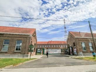 """Drie besmettingen in asielcentrum zorgen voor onenigheid binnen gemeentebestuur: """"Waarom legt de burgemeester geen quarantaine op?"""""""