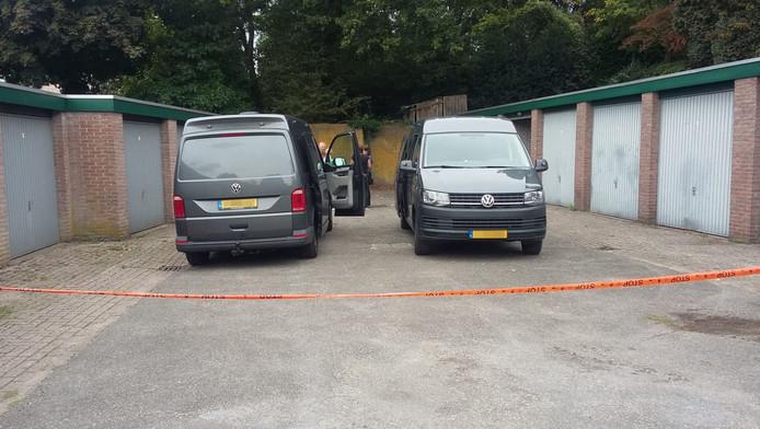De politie onderzoekt een garagebox aan de Schellardweg in Oosterbeek.
