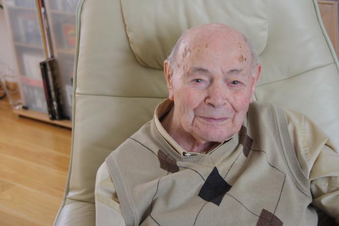 Oud-hoofdonderwijzer Louis van Loon (98)