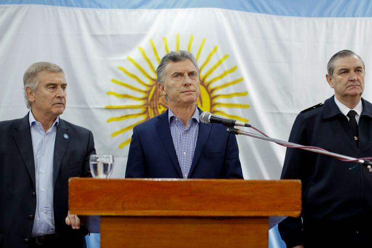 Argentijnse president Mauricio Macri, bijgestaan door minister van Defensie Oscar Aguad (links) en hoofd van de Marine Marcelo Eduardo Hipolito Srur (rechts).