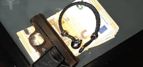 Politie stuit op klein wapenarsenaal na melding over drugsoverlast