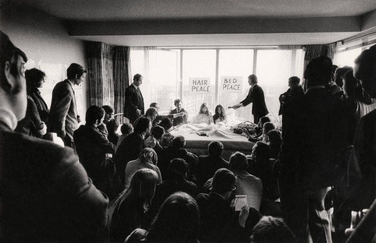 John en Yoko ontvangen de pers, op een foto die uiteindelijk de hoes van hun Wedding Album siert. Beeld Bert Sprenkeling