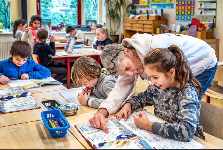 Marleen Keijlard aan het werk met groep 5 en 6 op Montessori Boven 't IJ in Amsterdam-Noord. Beeld Raymond Rutting / de Volkskrant