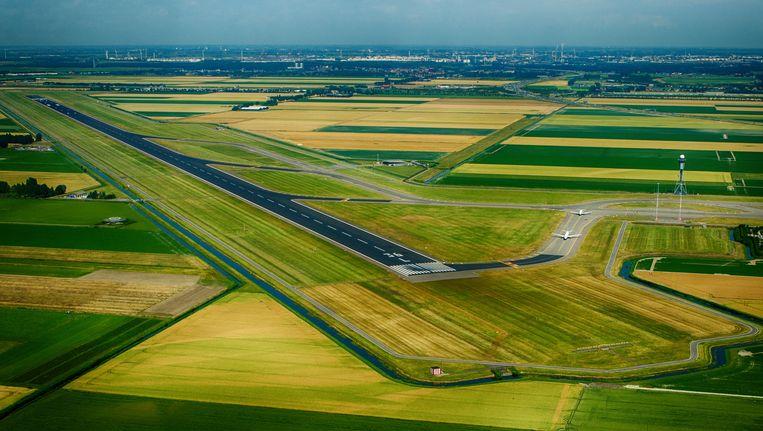 Luchtfoto van de polderbaan van Schiphol Beeld ANP