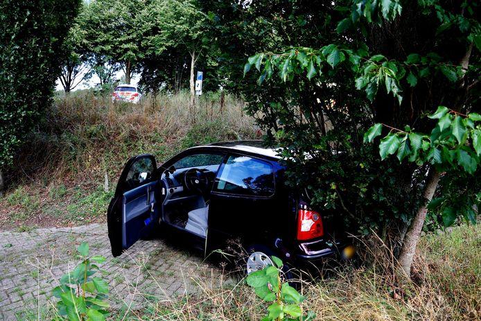 De auto in Linden reed de heuvel af en wordt weggetakeld.