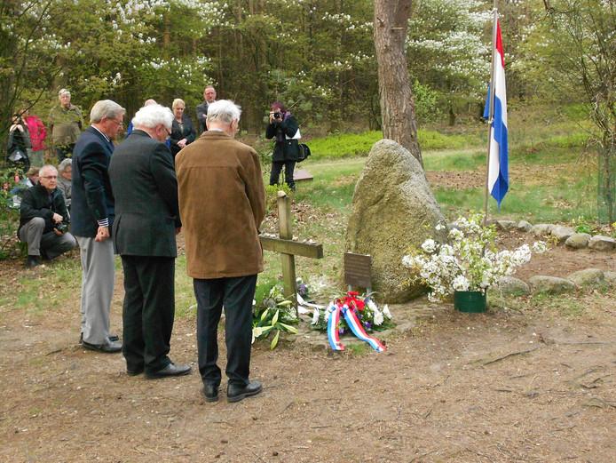 Oudgevangenen leggen samen een krans bij het herinneringsmonument van Kamp Erika in Ommen. archieffoto Guido Kobessen