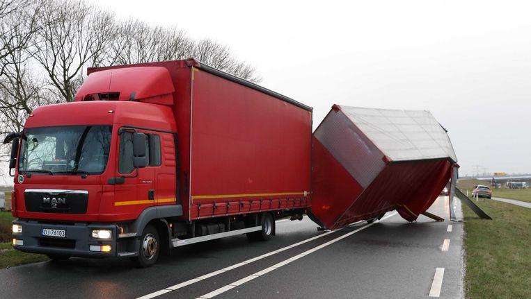 Een vrachtwagen kantelt door de harde westerstorm van donderdag. Beeld anp