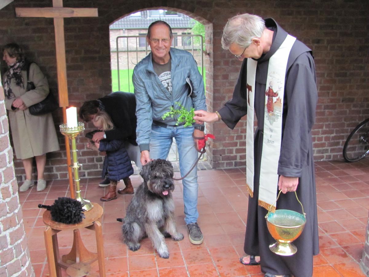 Ook dit hondje krijgt de zegen van pastoor Putmans.