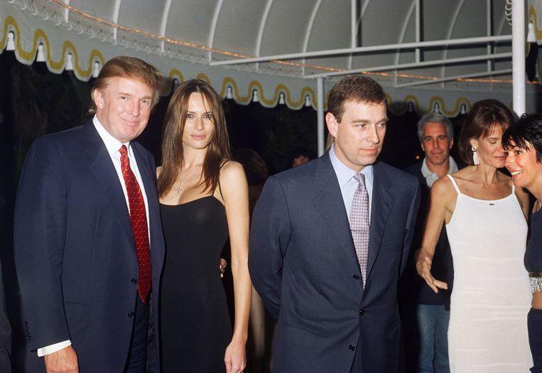 Toen de Britse prins Andrew (derde van links) betrokken raakte in het schandaal rond Jeffrey Epstein (achtergrond), zei Donald Trump (links) de prins niet te kennen. Beeld Getty