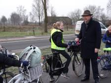 Burgemeester trakteert leerlingen De Expeditie bij oversteek Bievankweg