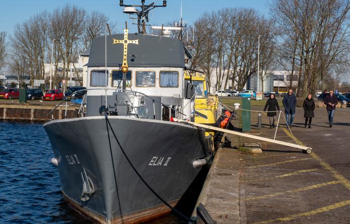 Tot vrijdag lag het kerkschip Elia II nog aan de korte zijde van de Visserijkade (links, voor de geparkeerde auto's). Nu ligt het vaartuig  honderd meter verderop aan een lange zijde van de Eerste Binnenhaven in Vlissingen.