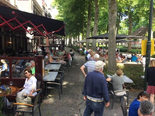 Vechten om een tafeltje hoefde niet, maar druk was het wel op de terrassen in Oisterwijk