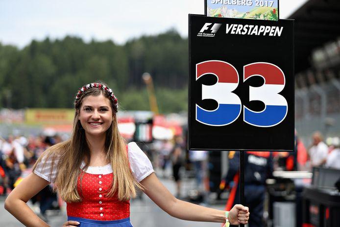 De gridgirl van Max Verstappen voor de Grand Prix van Oostenrijk vorig jaar.