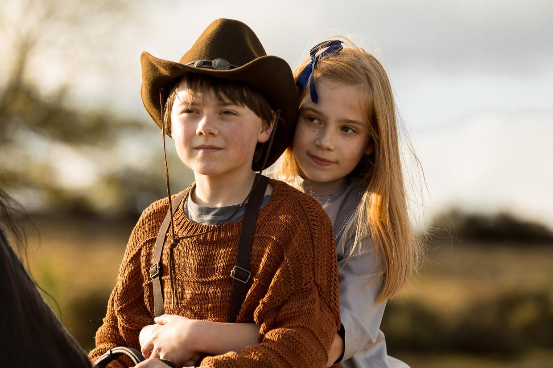 Kruimeltje en Anna rijden over de vlakte in 'Kruimeltje en de strijd om de goudmijn'.