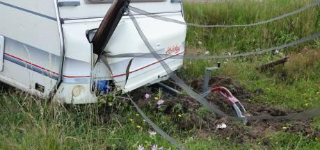 En wéér schiet een caravan los: vroegtijdig einde vakantie in Mariënberg