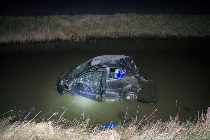 De auto raakte in de sloot, maar de bestuurder bleef ongedeerd.