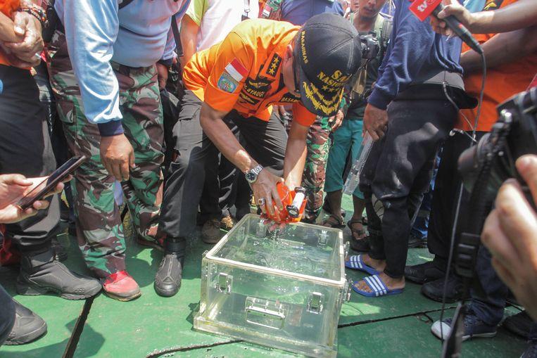 De baas van de nationale reddingsdienst Muhammad Syaugi bekijkt een deel van de zwarte doos van het verongelukte toestel van Lion Air. Beeld REUTERS