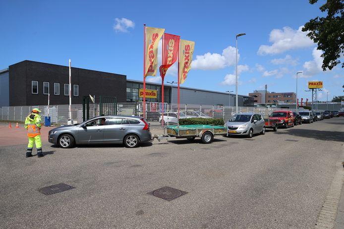 Door de drukte moesten er zelfs verkeersregelaars worden ingezet bij de milieustraat aan de Rijswijkse Laan van 's-Gravenmade.