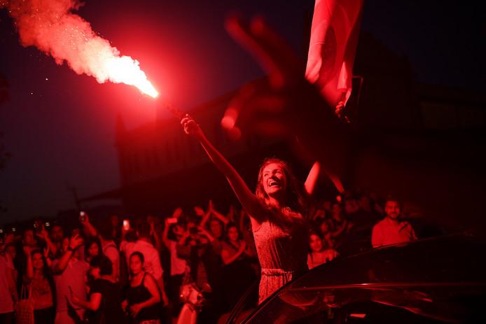 Supporters van de oppositiepartij CHP vieren na de winst van hun burgemeesterskandidaat feest in Istanboel.