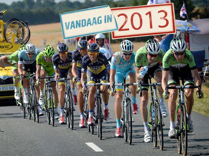 Bauke Mollema leidt de eerste waaier, in zijn wiel Laurens ten Dam.