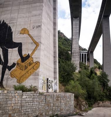 Een brug aanleggen is in Italië een martelgang: 'Ze kunnen de schijt krijgen'