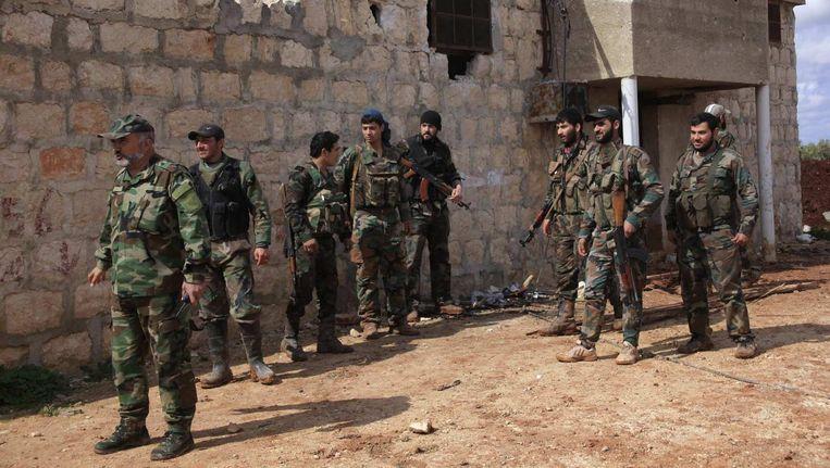 Soldaten van de Syrische overheid in een dorpje ten noorden van Aleppo. Beeld reuters