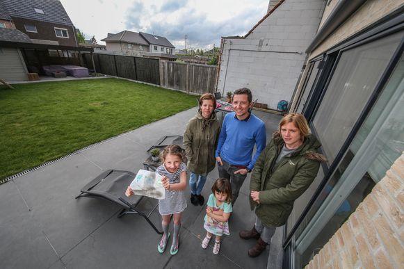 Drie gezinnen van dezelfde wijk uit Heule ploeteren al drie jaar elke dag door het stof omdat een aannemer hun terras slecht heeft gelegd.