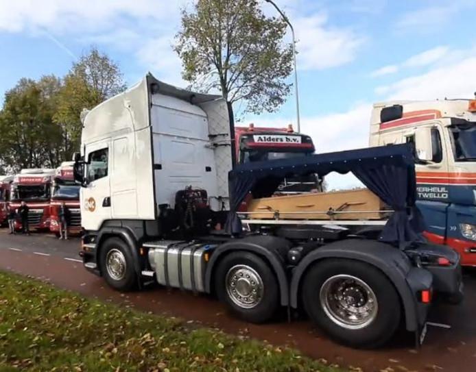 De vrachtwagen met de kist van Daisy.