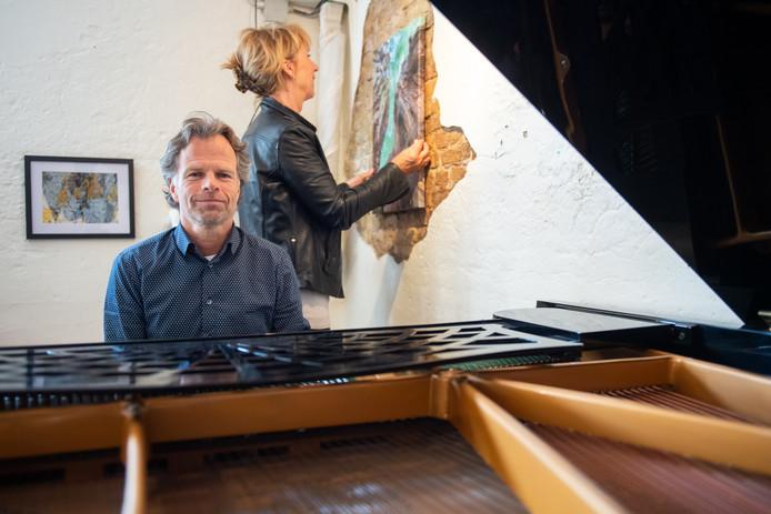 Frank Antens en Ria Otto in hun studio. ,,Ik hoop dat leerlingen zich hier thuis voelen.''
