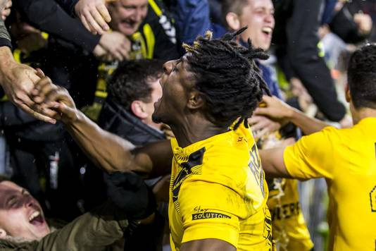 Cultheld Greg Leigh viert feest met de supporters na de overwinning op Vitesse (2-1).