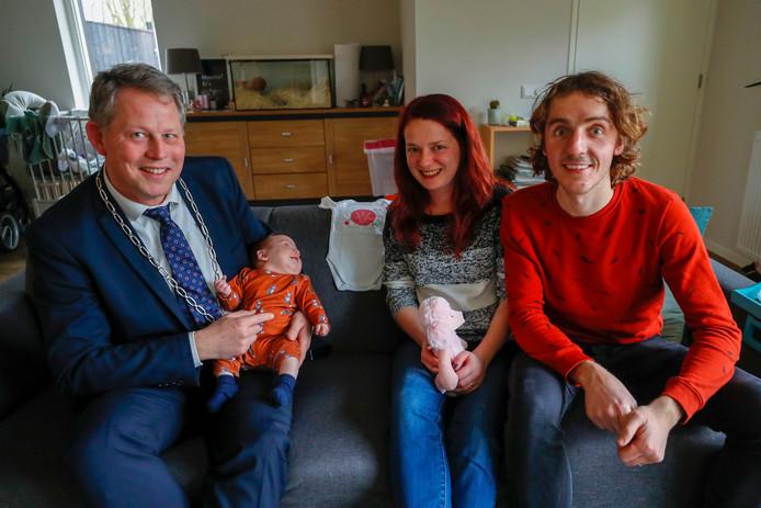 Burgemeester Remco Bosma met Fleur, moeder Ilse en vader Dries Waalen.
