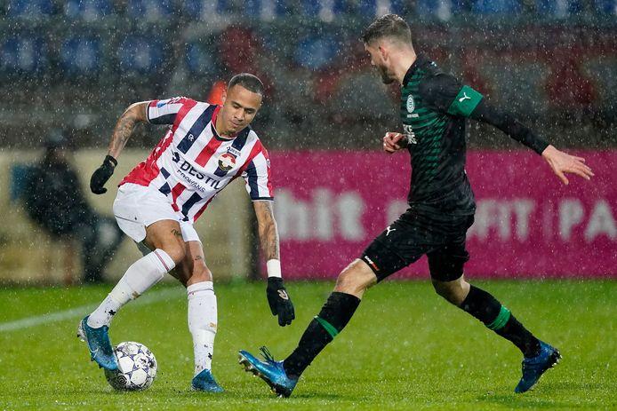 Damil Dankerlui kapt Ramon Pascal Lundqvist van FC Groningen uit.