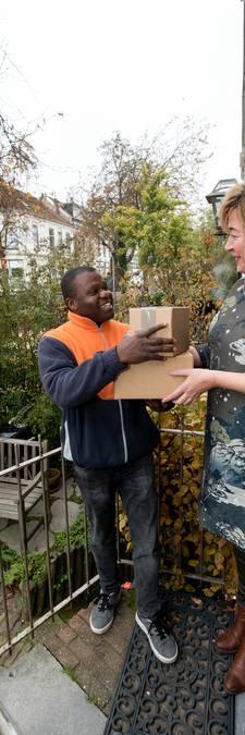 Bewoners Arnhemse wijk betalen verre reis geliefde pakketbezorger Max