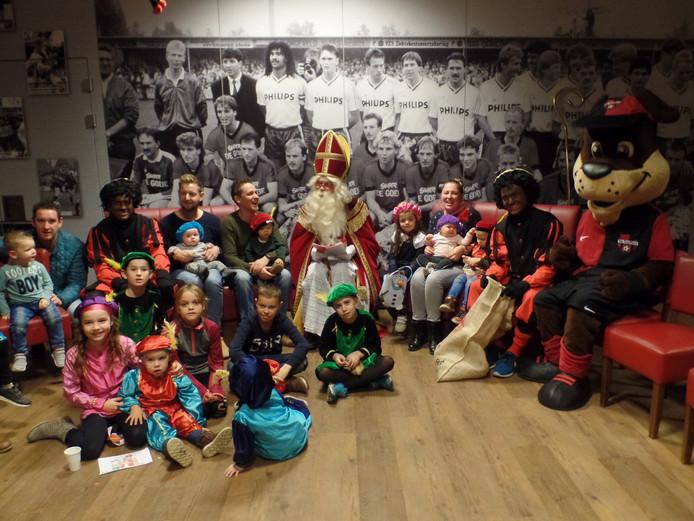 Sinterklaas te midden van de Treffers-kinderen.