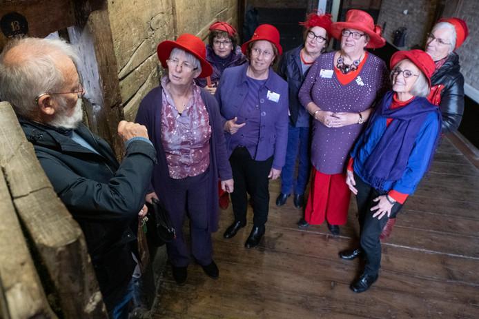 Frans Babijn geeft een rondleiding aan de Red Hats in de oude gevangenis Gravensteen in Zierikzee
