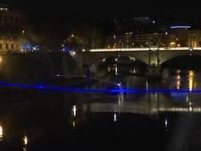Koorddanser steekt als eerste rivier Tiber over