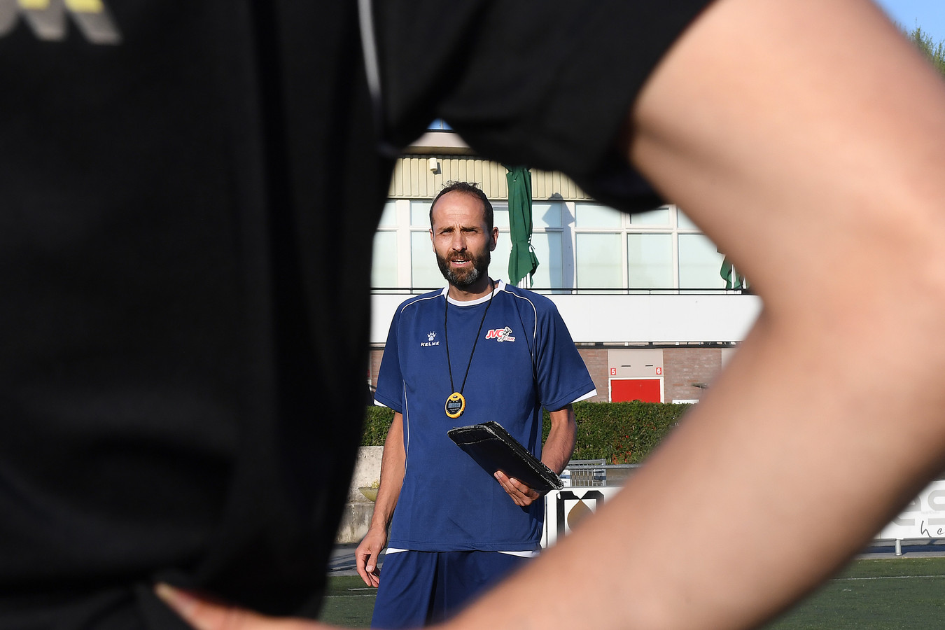 De nieuwe trainer Ferdi Akankan doceert.