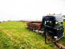 Chauffeur glijdt met vrachtwagen van de dijk